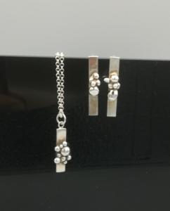 zilveren oorbellen en collier