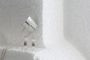 zilveren hanger met oorbellen